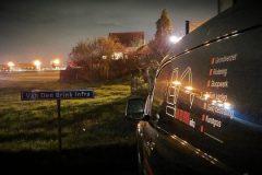 Collega vrachtautochauffeurs brengen eerbetoon aan zieke collega telefoonfoto's