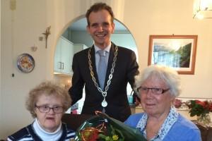 2015-11-10 Burgemeester met Annie Eikholt-Nillessen en Marietje Nillessen (2)