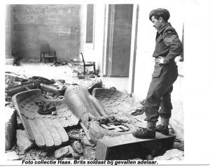 collectie Haas Britse soldaat bij gevallen adelaar in gebied Niederrhein