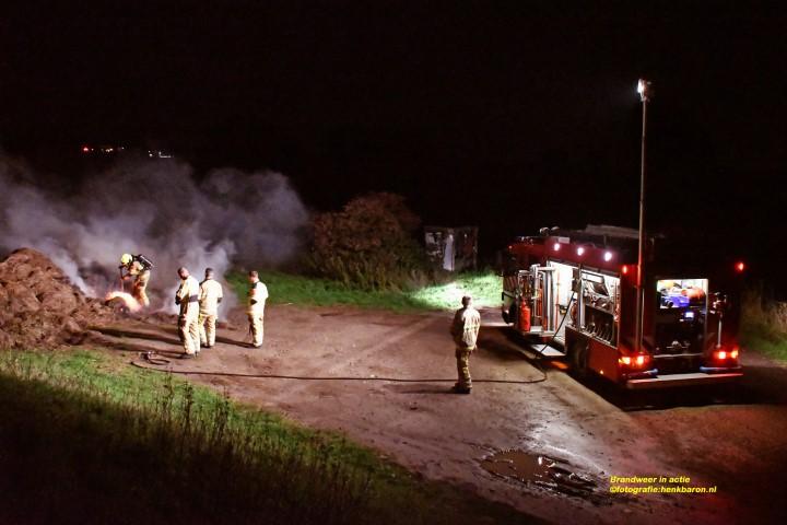 Brandweer blust hooibrand